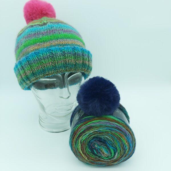 Pakket Double-Thick Cuff Hat Lana Grossa Colorissimo 004 met donker baluwe pompon