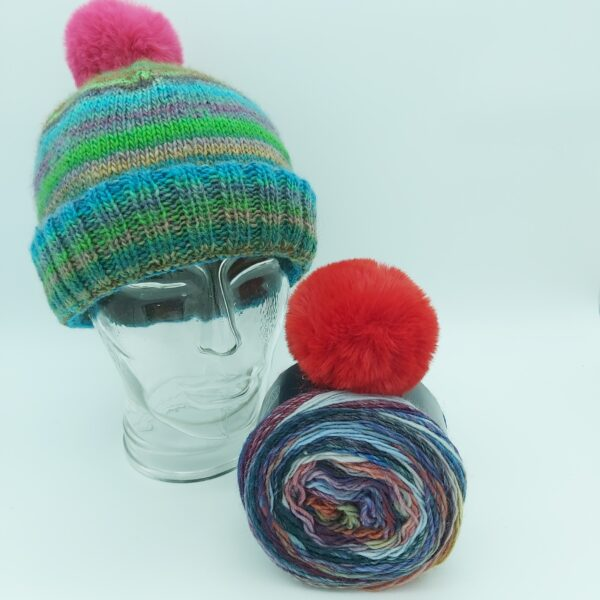 Pakket Double-Thick Cuff Hat Lana Grossa Colorissimo 006 met rood pompon