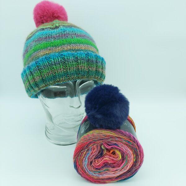 Pakket Double-Thick Cuff Hat Lana Grossa Colorissimo 007 met donker blauwe pompon
