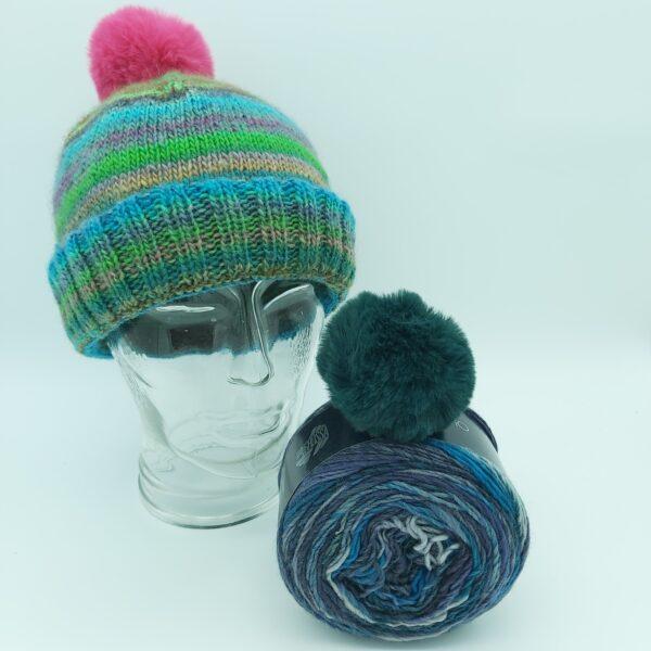 Pakket Double-Thick Cuff Hat Lana Grossa Colorissimo 009 met donker groene pompon